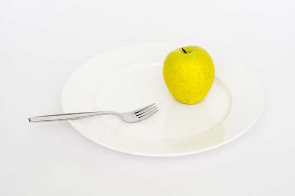 Κίτρινο μήλο σε πιάτο