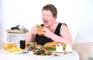 Παχύσαρκη γυναίκα τρώει